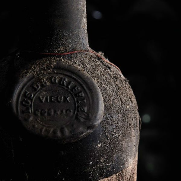 De cómo tras siglos el vino nos envuelve.